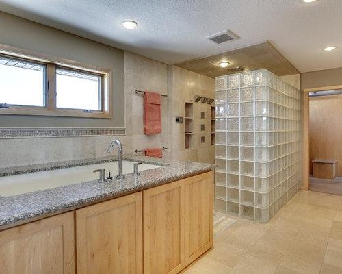 badezimmer mit japanischer badewanne und kalksteinboden. Black Bedroom Furniture Sets. Home Design Ideas