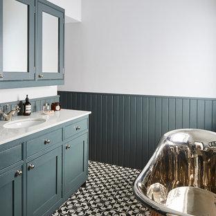 Immagine di una piccola stanza da bagno per bambini classica con ante in stile shaker, ante verdi, vasca freestanding, vasca/doccia, WC sospeso, pareti grigie, pavimento con piastrelle a mosaico, lavabo da incasso, top in quarzite, pavimento multicolore e top grigio