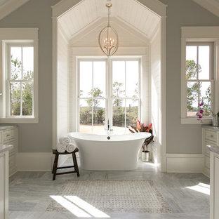 Modelo de cuarto de baño principal, marinero, con bañera exenta y paredes grises