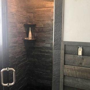 他の地域のカントリー風おしゃれなバスルーム (浴槽なし) (フラットパネル扉のキャビネット、黒いキャビネット、アルコーブ型シャワー、分離型トイレ、白い壁、磁器タイルの床、ベッセル式洗面器、クオーツストーンの洗面台、ベージュの床、開き戸のシャワー、ベージュのカウンター) の写真