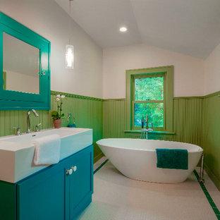 Foto de cuarto de baño con ducha, ecléctico, de tamaño medio, con armarios con paneles con relieve, puertas de armario turquesas, bañera exenta, ducha abierta, sanitario de una pieza, baldosas y/o azulejos blancos, baldosas y/o azulejos en mosaico, paredes blancas, suelo con mosaicos de baldosas, lavabo encastrado, encimera de esteatita, suelo blanco y ducha abierta