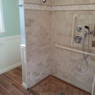 Foto de cuarto de baño de estilo de casa de campo, de tamaño medio, con ducha a ras de suelo, baldosas y/o azulejos beige, paredes verdes y suelo de baldosas de porcelana