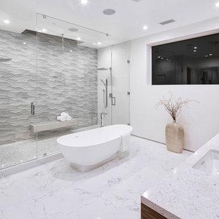 Idéer för ett stort modernt en-suite badrum, med släta luckor, skåp i mörkt trä, granitbänkskiva, ett fristående badkar, en dubbeldusch, vita väggar, marmorgolv, ett undermonterad handfat, vitt golv och dusch med gångjärnsdörr