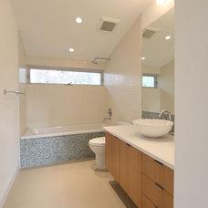 Contemporary Bathroom by M+A Architecture Studio