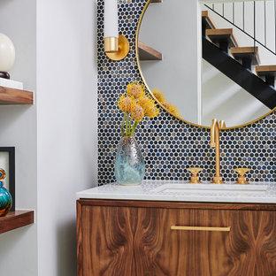Idéer för mellanstora funkis vitt badrum, med släta luckor, skåp i ljust trä, en toalettstol med hel cisternkåpa, mosaik, blå väggar, cementgolv, ett undermonterad handfat, marmorbänkskiva och blått golv