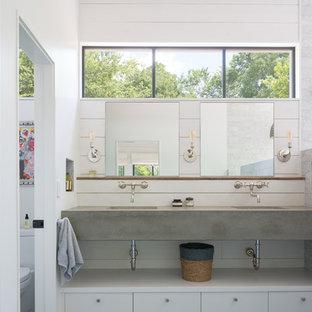 Mittelgroßes Landhausstil Badezimmer En Suite mit flächenbündigen Schrankfronten, weißen Schränken, grauen Fliesen, weißer Wandfarbe, integriertem Waschbecken und Beton-Waschbecken/Waschtisch in Austin