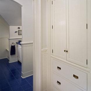 Esempio di una stanza da bagno classica con ante bianche e pavimento blu