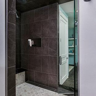 Cette photo montre un grand sauna tendance avec un placard avec porte à panneau encastré, des portes de placard blanches, un plan de toilette en marbre, un bidet, un carrelage marron, un carrelage de pierre et un mur bleu.