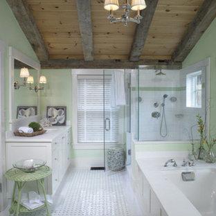Modelo de cuarto de baño principal, contemporáneo, de tamaño medio, con armarios con paneles empotrados, puertas de armario blancas, bañera encastrada sin remate, ducha esquinera, paredes verdes, suelo de baldosas de cerámica, lavabo bajoencimera y encimera de mármol