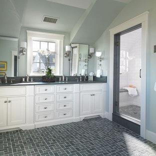 Foto på ett mellanstort vintage en-suite badrum, med en dusch i en alkov, luckor med infälld panel, vita skåp, skiffergolv, ett undermonterad handfat, granitbänkskiva och grå kakel