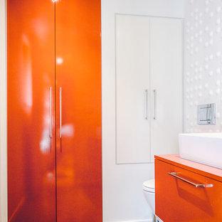 ソルトレイクシティの小さいモダンスタイルのおしゃれなバスルーム (浴槽なし) (フラットパネル扉のキャビネット、オレンジのキャビネット、白い壁、ベッセル式洗面器) の写真