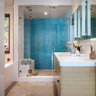 サンフランシスコの中サイズのミッドセンチュリースタイルのおしゃれなバスルーム (浴槽なし) (フラットパネル扉のキャビネット、淡色木目調キャビネット、アンダーマウント型浴槽、アルコーブ型シャワー、白い壁、コンクリートの床、アンダーカウンター洗面器、珪岩の洗面台、グレーの床、開き戸のシャワー、白い洗面カウンター) の写真