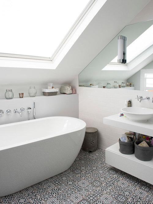 badezimmer mit freistehender badewanne und metrofliesen design ideen beispiele f r die. Black Bedroom Furniture Sets. Home Design Ideas
