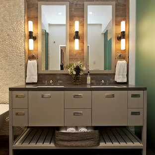 Foto på ett funkis badrum, med ett undermonterad handfat, grå skåp, beige kakel, kakel i småsten och släta luckor