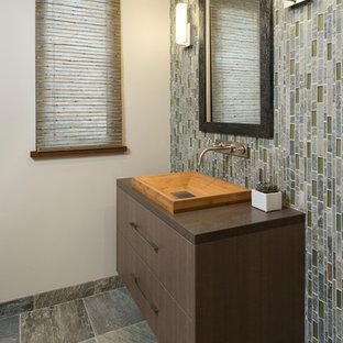 Idee per una stanza da bagno con doccia moderna di medie dimensioni con ante lisce, ante in legno scuro, WC a due pezzi, piastrelle blu, piastrelle grigie, piastrelle verdi, piastrelle a listelli, pareti beige, pavimento in ardesia, lavabo rettangolare, top in superficie solida e pavimento grigio