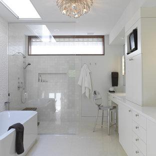 Свежая идея для дизайна: ванная комната в современном стиле с отдельно стоящей ванной, открытым душем и открытым душем - отличное фото интерьера