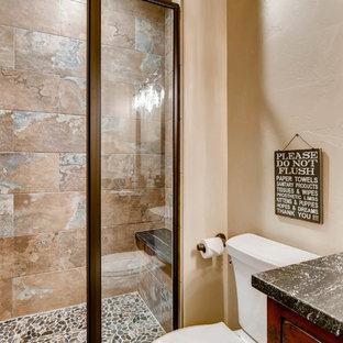 Esempio di una piccola stanza da bagno padronale stile rurale con ante in stile shaker, ante rosse, WC a due pezzi, piastrelle marroni, piastrelle in ceramica, pareti beige, pavimento con piastrelle in ceramica, lavabo sottopiano, top in granito, pavimento marrone e porta doccia a battente