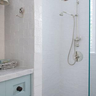 Esempio di una stanza da bagno country di medie dimensioni con ante con riquadro incassato, doccia aperta, piastrelle bianche, piastrelle in ceramica, pareti bianche, top in marmo, WC a due pezzi, pavimento in marmo, lavabo sottopiano e ante turchesi