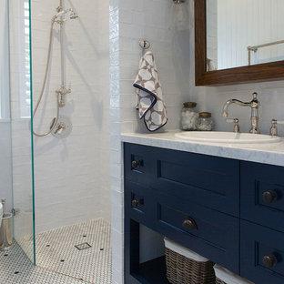 Idee per una grande stanza da bagno con doccia country con ante con riquadro incassato, doccia aperta, piastrelle bianche, piastrelle in ceramica, pareti bianche, lavabo da incasso, top in marmo, WC a due pezzi, pavimento in marmo e ante blu