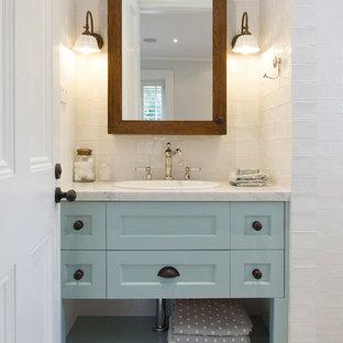 Inspiration för ett mellanstort lantligt badrum för barn, med luckor med infälld panel, en öppen dusch, vit kakel, keramikplattor, vita väggar, marmorbänkskiva, en toalettstol med separat cisternkåpa, marmorgolv, ett undermonterad handfat och turkosa skåp