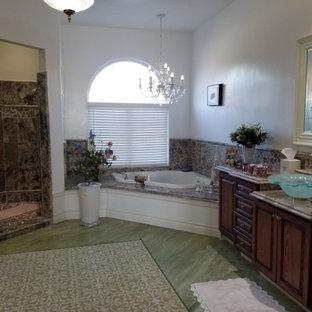 Foto di una grande stanza da bagno padronale vittoriana con doccia aperta, WC monopezzo, pareti verdi, lavabo a bacinella, top in granito, pavimento verde, doccia aperta e top multicolore