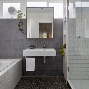 Modelo de cuarto de baño principal, contemporáneo, pequeño, con bañera encastrada, baldosas y/o azulejos de cerámica, paredes grises, lavabo suspendido, ducha con puerta con bisagras, ducha empotrada, baldosas y/o azulejos grises, baldosas y/o azulejos blancos, suelo gris, encimeras blancas y suelo de cemento