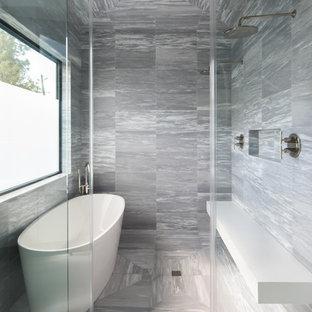 Salle de bain moderne avec un combiné douche/baignoire ...