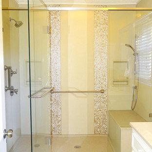Immagine di una grande stanza da bagno padronale classica con doccia alcova, piastrelle beige, piastrelle in ceramica, pavimento con piastrelle in ceramica e top in onice