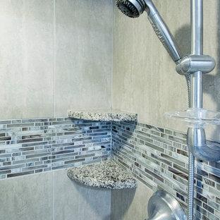 Idee per una stanza da bagno padronale tradizionale di medie dimensioni con ante in stile shaker, ante grigie, vasca da incasso, doccia alcova, WC a due pezzi, piastrelle marroni, piastrelle di vetro, pareti grigie, pavimento con piastrelle in ceramica, lavabo sottopiano e top in granito