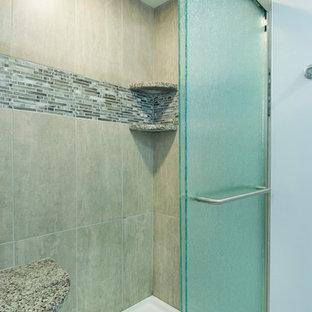 Immagine di una stanza da bagno padronale classica di medie dimensioni con ante in stile shaker, ante grigie, vasca da incasso, doccia alcova, WC a due pezzi, piastrelle marroni, piastrelle di vetro, pareti grigie, pavimento con piastrelle in ceramica, lavabo sottopiano e top in granito