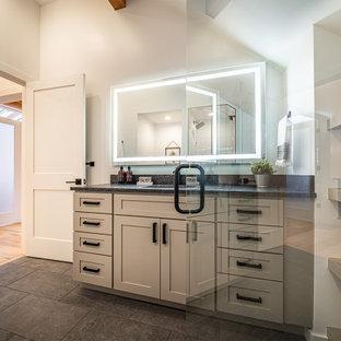 Inspiration för ett mellanstort funkis grå grått en-suite badrum, med skåp i shakerstil, grå skåp, ett badkar i en alkov, en dusch/badkar-kombination, en toalettstol med hel cisternkåpa, vit kakel, keramikplattor, vita väggar, klinkergolv i keramik, ett undermonterad handfat, granitbänkskiva, grått golv och dusch med duschdraperi