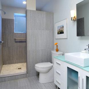Diseño de cuarto de baño actual con ducha abierta, lavabo sobreencimera, ducha abierta y encimeras azules