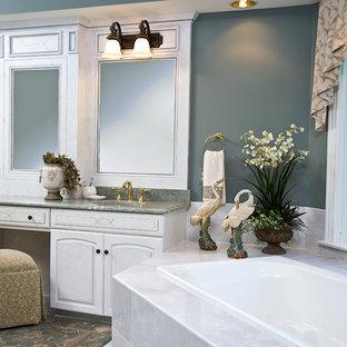 Пример оригинального дизайна интерьера: большая главная ванная комната в классическом стиле с фасадами с выступающей филенкой, белыми фасадами, накладной ванной, зелеными стенами, полом из керамической плитки, врезной раковиной, столешницей из гранита, белым полом и зеленой столешницей