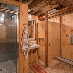 バーリントンの小さいカントリー風おしゃれなバスルーム (浴槽なし) (オープンシェルフ、淡色木目調キャビネット、亜鉛の洗面台) の写真