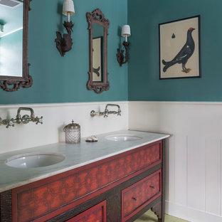 Esempio di una grande stanza da bagno country con consolle stile comò, ante rosse, pavimento in legno verniciato e top in marmo