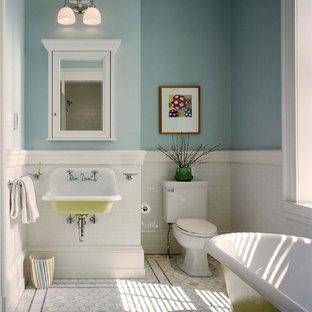 フィラデルフィアのトラディショナルスタイルのおしゃれな子供用バスルーム (猫足浴槽、サブウェイタイル、壁付け型シンク、青い壁) の写真