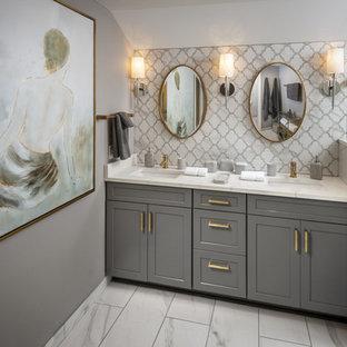 Foto på ett mellanstort vintage vit en-suite badrum, med skåp i shakerstil, grå skåp, en dubbeldusch, en vägghängd toalettstol, vit kakel, porslinskakel, grå väggar, klinkergolv i porslin, ett nedsänkt handfat, bänkskiva i kvartsit, vitt golv och dusch med gångjärnsdörr