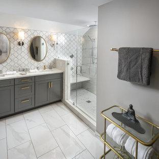 Inspiration för ett mellanstort vintage vit vitt en-suite badrum, med skåp i shakerstil, grå skåp, en dubbeldusch, en vägghängd toalettstol, vit kakel, porslinskakel, grå väggar, klinkergolv i porslin, ett nedsänkt handfat, bänkskiva i kvartsit, vitt golv och dusch med gångjärnsdörr