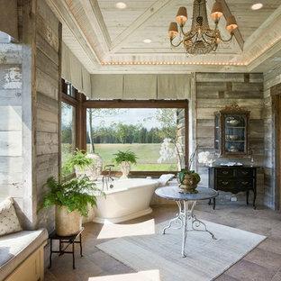 Immagine di una stanza da bagno stile shabby con vasca freestanding