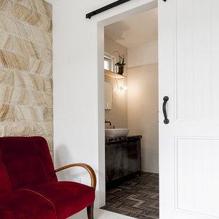 Свежая идея для дизайна: маленькая главная ванная комната в скандинавском стиле с плоскими фасадами, черными фасадами, душевой комнатой, унитазом-моноблоком, белой плиткой, керамической плиткой, белыми стенами, полом из известняка, настольной раковиной и столешницей из бетона - отличное фото интерьера
