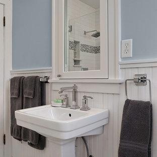Idee per una stanza da bagno tradizionale con lavabo a colonna, ante lisce, top in quarzo composito, doccia doppia, WC a due pezzi, piastrelle bianche, piastrelle di vetro, pareti blu e pavimento con piastrelle in ceramica