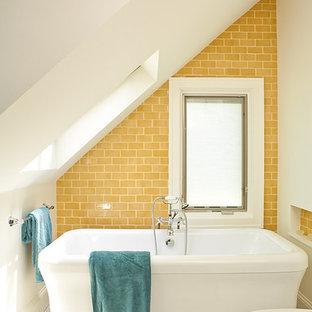 アトランタのビーチスタイルのおしゃれな浴室 (置き型浴槽、サブウェイタイル、黄色いタイル、黄色い壁、モザイクタイル、白い床) の写真
