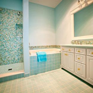 Esempio di una grande stanza da bagno padronale eclettica con ante con bugna sagomata, ante bianche, vasca da incasso, doccia alcova, piastrelle blu, piastrelle di vetro, pareti blu, pavimento con piastrelle in ceramica, lavabo sottopiano, pavimento blu e porta doccia a battente