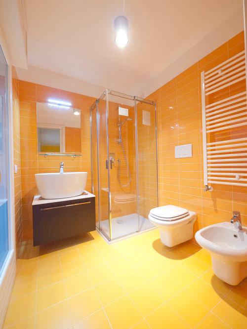 Salle de bain avec un carrelage orange et un wc s par for Salle de bain avec wc separe