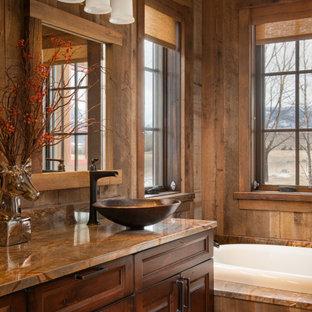 Idéer för att renovera ett mellanstort rustikt brun brunt badrum med dusch, med luckor med upphöjd panel, skåp i mellenmörkt trä, ett platsbyggt badkar, blå väggar och ett fristående handfat
