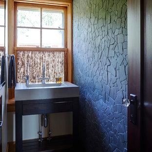 Diseño de cuarto de baño con ducha, asiático, pequeño, con armarios abiertos, puertas de armario de madera en tonos medios, sanitario de una pieza, baldosas y/o azulejos grises, baldosas y/o azulejos de piedra, suelo de baldosas de cerámica, encimera de cemento y paredes amarillas