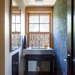 Diseño de cuarto de baño con ducha, asiático, pequeño, con armarios abiertos, puertas de armario de madera en tonos medios, sanitario de una pieza, baldosas y/o azulejos grises, baldosas y/o azulejos de piedra, paredes amarillas, suelo de baldosas de cerámica y encimera de cemento