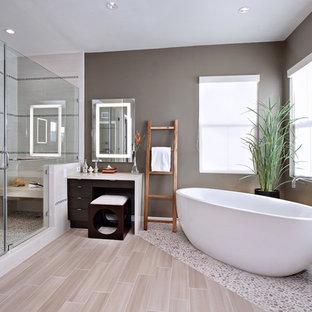 オレンジカウンティのコンテンポラリースタイルのマスターバスルームの画像 (置き型浴槽、玉石タイル、ベージュの床)