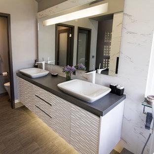 Esempio di una stanza da bagno contemporanea con lavabo a bacinella, consolle stile comò, ante bianche, top in quarzo composito, piastrelle bianche e piastrelle in gres porcellanato