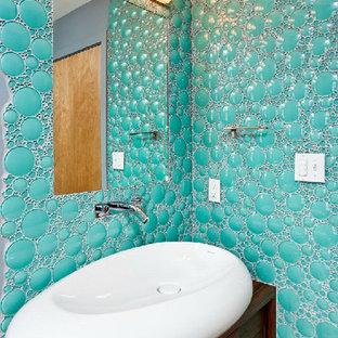 Foto di una stanza da bagno con doccia moderna di medie dimensioni con ante lisce, ante in legno bruno, piastrelle di ciottoli, pareti blu, parquet chiaro, lavabo a bacinella e top in legno